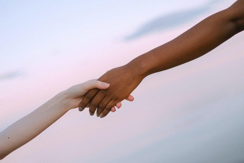 Deux mains qui se tiennent.